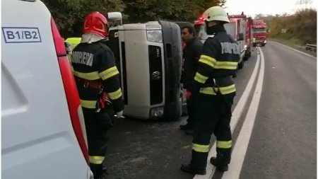 Un microbuz s-a rasturnat in j<span style='background:#EDF514'>UDETUL</span> Cluj. Șase persoane, transportate la spital