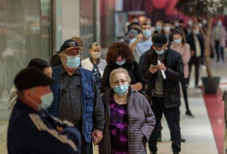 """Peste 400 de oameni vaccinati de azi dimineata in maratonul de la mall Liberty, alte zeci la coada: Daca eram ca-n Vest, nu sapam morminte cu excavatorul"""""""