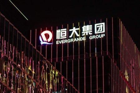 Presa internationala scrie ca Evergrande se incadreaza in plata unor dobanzi pentru obligatiuni de 84 de milioane de dolari. Gigantul cu datorii de peste 300 de miliarde de dolari evita la mustata default-ul