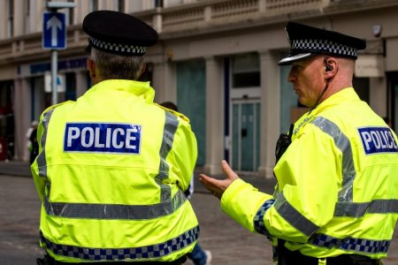 Mai multi tineri din Marea Britanie, intepati in discoteci pentru a li se injecta droguri. Trei barbati au fost <span style='background:#EDF514'>ARESTATI</span>