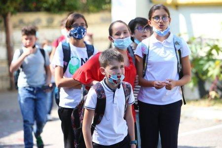 Parintii care stau cu copiii in vacanta fortata ar putea primi zile libere platite, anunta Raluca Turcan