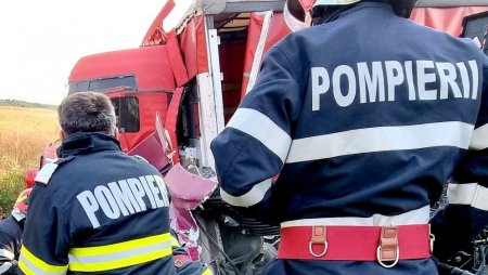 Trei persoane au murit in Dambovita, dupa ce masina in care se aflau a intrat frontal intr-un camion