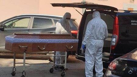 Sfat de la un medic pentru cei care nu s-au vaccinat: sa numere masinile negre care ies din spital