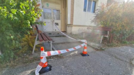 O fetita de 2 ani a cazut de la etajul al doilea al unui bloc din Mioveni. A fost transportata la spital in stare grava