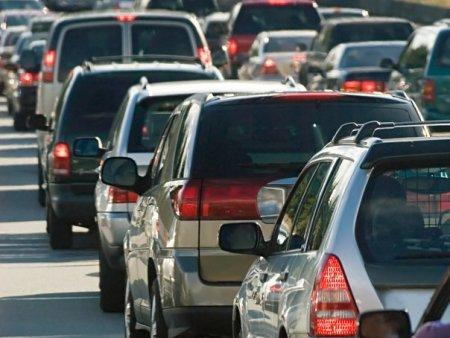 Scandal in traficul din Bucuresti: Cinci barbati au blocat doua masini, le-au distrus parbrizele si i-au batut pe soferi / Agresorii au fost retinuti