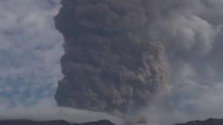 Vulcanul Etna a erupt spectaculos sambata. O i<span style='background:#EDF514'>MENSA</span> coloana de fum s-a ridicat in atmosfera iar lava a tasnit din crater