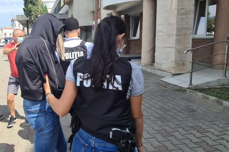 Doi tineri din Targu Frumos falsificau adeverinte COVID pentru calatorii nevaccinati pe care-i du<span style='background:#EDF514'>CEAU</span> ilegal in Marea Britanie