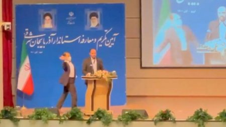 Un guvernator la inceput de mandat a fost palmuit pe scena de un barbat a carui sotie fusese vaccinata impotriva COVID, in Iran