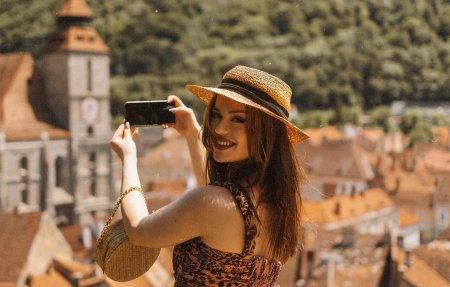 Viata unei tinere <span style='background:#EDF514'>DIN BRASO</span>v care a depasit-o pe Instagram pe vedeta americana Kylie Jenner. Nu fac performanta la aproape nimic. Stau pe social media 12/24