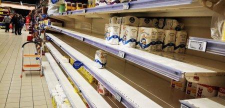 Supermarketurile si centrele de vaccinare, luate cu asalt la Cluj. Rafturile magazinelor au fost golite ca in Anglia