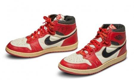 O pereche de bascheti purtati de Michael Jordan, vanduta la licitatie pentru suma record de aproape 1,5 milioane de dolari