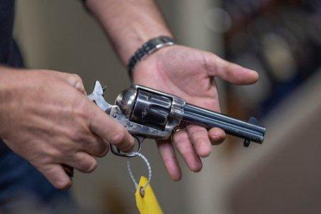 Dezbaterea lansata de tragedia in care a fost implicat Alec Baldwin: cat de periculoase sunt armele de recuzita