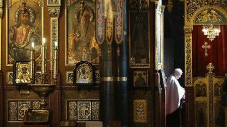 <span style='background:#EDF514'>MEDIC</span>: Opriti slujbele in biserici. Altfel o sa ramana bisericile fara enoriasi