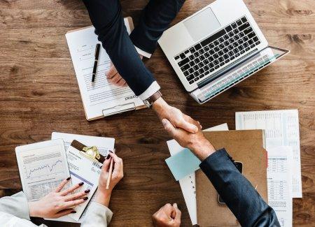 Studiu: 17% dintre angajatii romani doresc sa lucreze doar la birou si 10% exclusiv de <span style='background:#EDF514'>ACASA</span>