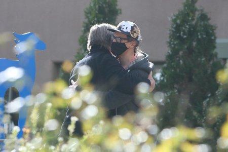 Imagini emotionante cu Alec Baldwin imbratisandu-l pe sotul Halynei Hutchins si fiul acesteia