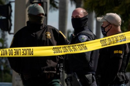 Doi oameni au <span style='background:#EDF514'>MURI</span>t si alti patru, raniti, in urma unui atac armat intr-un centru comercial din SUA