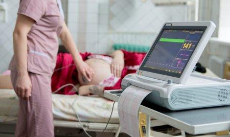 Studiu. Femeile gravide care fac COVID transmit mai putini anticorpi baietilor decat fetelor