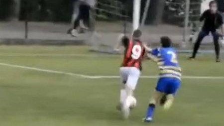VIDEO Un pusti de 13 ani a marcat 483 de <span style='background:#EDF514'>GOLURI</span> pentru AC Milan