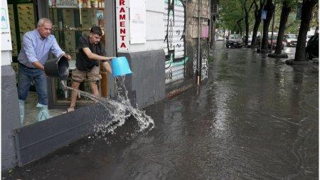 Un ciclon puternic a lovit sudul Italiei. Cel <span style='background:#EDF514'>PUTIN</span> doua persoane au murit, iar pietele au fost transformate in lacuri