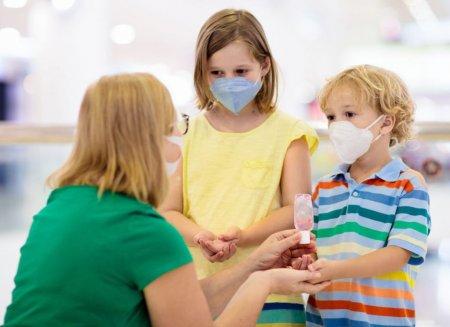 Parintii vaccinati care stau <span style='background:#EDF514'>ACASA</span> cu copiii de peste 7 ani, infectati cu COVID, nu primesc concendiu platit. Cum se explica situatia