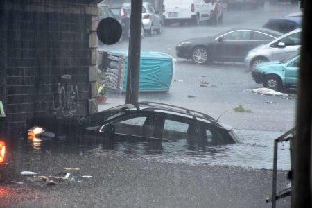 Cel <span style='background:#EDF514'>PUTIN</span> doi oameni au murit in sudul Italiei, dupa mai multe zile de ploi torentiale. Locuitorii, sfatuiti sa stea in casa