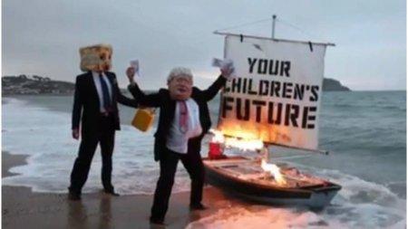 Un protestatar deghizat in Boris Johnson a incendiat o barca in fata centrului care va gazdui COP26